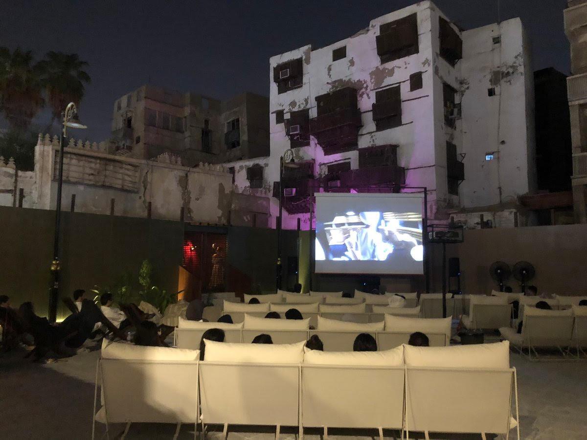 السعودية تفتتح سينما الحوش بمفهوم جديد في مدينة جدة ثقافة إسكواير العربية