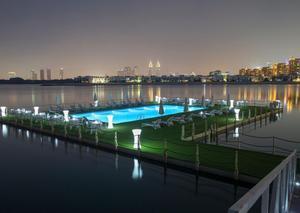 افتتاح أول حوض سباحة عائم في دبي