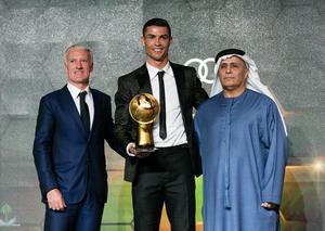 كريستيانو رونالدو يفوز بجائزة أفضل لاعب بالعالم في حفل جلوب سوكر دبي