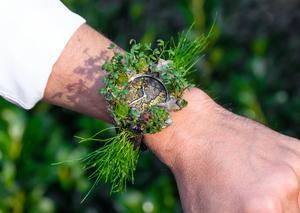شركة إتش موزر تكشف النقاب عن ساعة يد نباتية تعمل بالسقاية