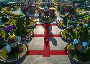 إقامة أول درس يوغا جماعي في ردهة ديزني بحديقة دبي ميراكل غاردن
