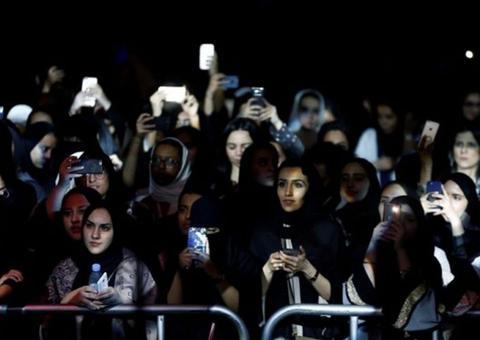 رجال ونساء السعودية يحضرون أول مهرجان للجاز في المملكة