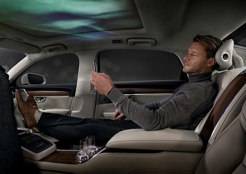 فولفو تكشف النقاب عن التجربة الحسية الأولى من نوعها في قطاع السيارات