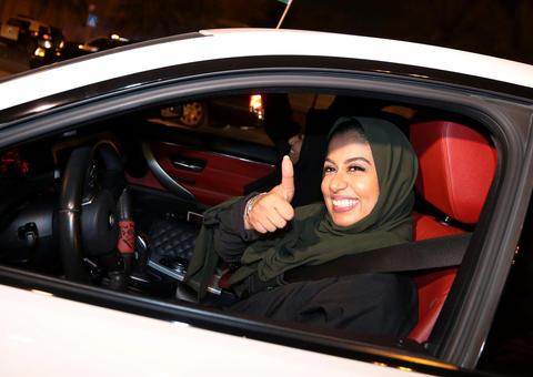 بالفيديو: المرأة في السعودية تبدأ تجربة القيادة مع كريم