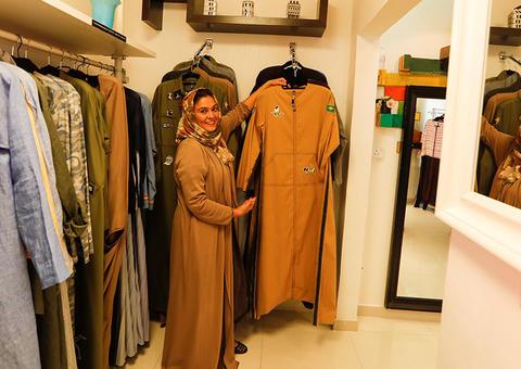 مصممة أزياء سعودية تصمم عباءات مناسبة لقيادة السيارة