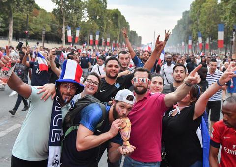 بالصور: شاهد أجمل لقطات احتفالات الفرنسيين بكأس العالم في باريس