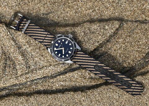أوريس تدعم البيئة بإصدار ساعة دايفرز 65 بحزام معاد تدويره