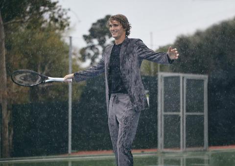 بالفيديو : لاعب التنس الألماني ألكسندر زفيريف يختبر تشكيلة أزياء زينيا الصيفية