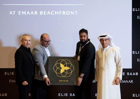 دبي تمنح مصمم الأزياء اللبناني إيلي صعب أول نجمة من ممر المشاهير