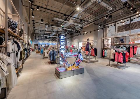أديداس تفتتح متجراً جديداً مستوحى من الملاعب الرياضية في دبي