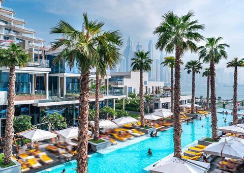 فندق فايڤ نخلة جميرا يطلق حفلات «سامر آيس» بجانب حوض السباحة
