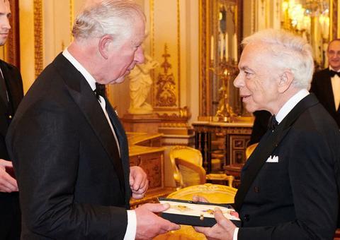 الأمير تشارلز يقلّد رالف لورين وسام الفروسية الفخري البريطاني
