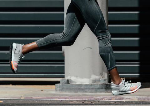 أديداس تطرح حذاء رياضي مريح بتقنية مبتكرة لعدائي المدن