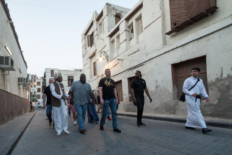 مارك هينري وهو يتجول مع زميله النجم موجو راولي في منطقة البلد التاريخية في مدينة جدة.