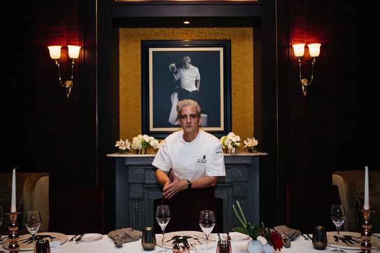 الشيف الفرنسي يان بيرنارد لوجار في مطعم 'لو تيبل كروغ باي واي' في فندق الريتز- كارلتون البحرين