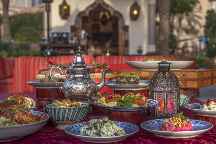 من الفطور الرمضاني بمجلس أماسينا في فندق الريتز - كارلتون دبي